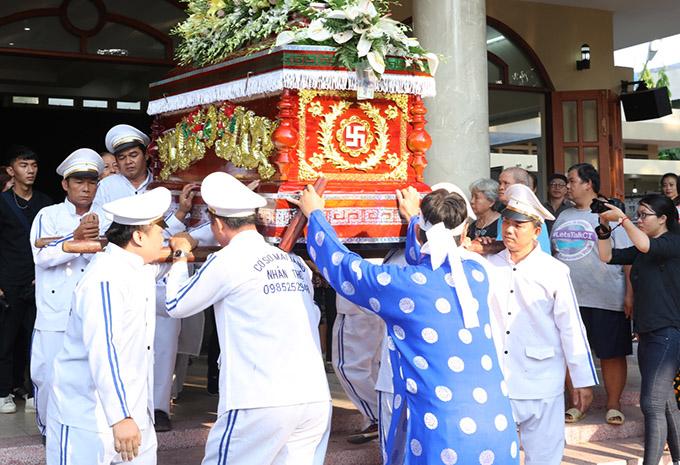 Khoảng 7h sáng 3/5 thi hài của Lê Bình được đưa từ Nhà tang lễ Bộ Quốc Phòng quận Gò Vấp về Nghĩa trang Bình Hưng Hòa để thực hiện thủ tục hỏa táng.