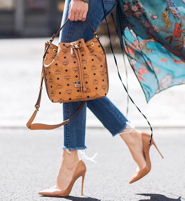Ưu tiên giày màu nudeNhững đôi giày mũi nhọn với màu  gần giống tone  da không chỉ đem lại nét thanh thoát mà còn tạo hiệu ứng thị giác giúp kéo dài đôi chân hiệu quả.