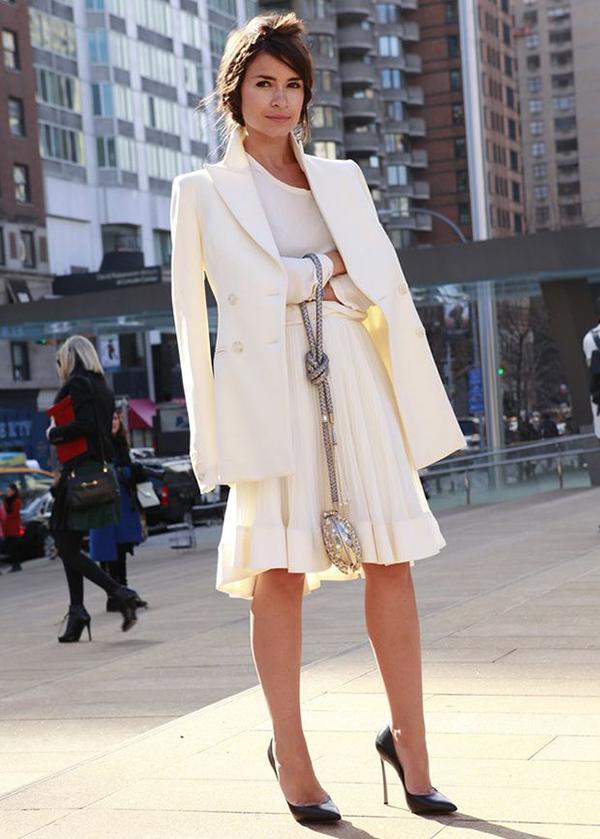 Bổ sung sắc trắng vào tủ đồGam màu bất hủ này là gợi ý tuyệt vời dành cho mọi cô gái. Một chiếc sơ mi, váy liền, quần âu hay áo choàng trắng, và cả xu hướng white-on-white đều thể hiện sức hút mạnh mẽ.