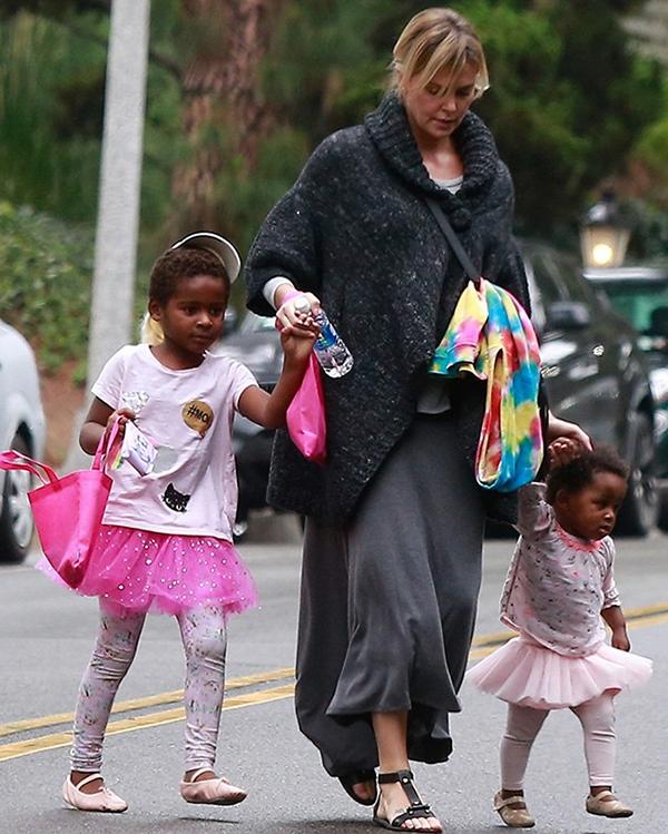 Charlize Theron cùng hai con dạo phố.