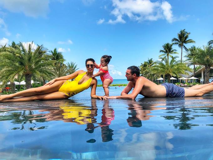 Cả gia đình siêu mẫu nghỉ dưỡng tại một resort cao cấp ở Phú Quốc. Gần như ngày nào Hà Anh cũng cho con gái đi bơi.