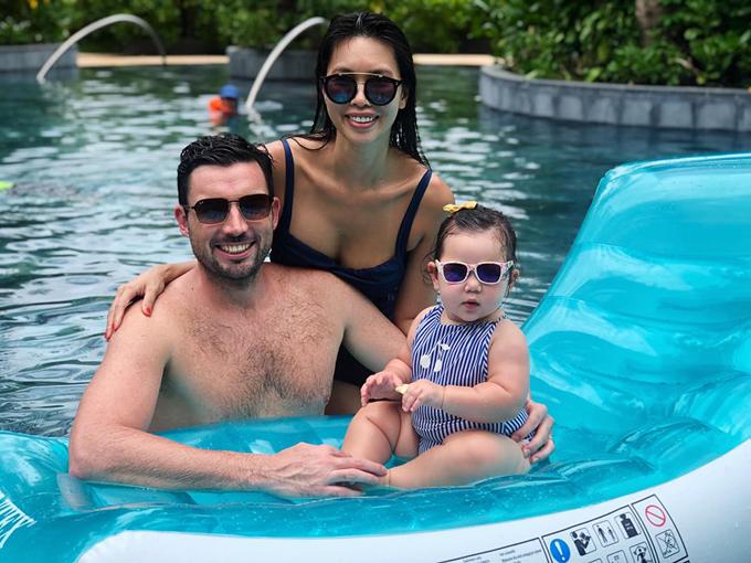 Bé Myla mới hơn 10 tháng tuổi nhưng rất bụ bẫm. Nàng công chúa nhỏ được mẹ cho diện rất nhiều bộ đồ bơi, đeo kính sành điệu.
