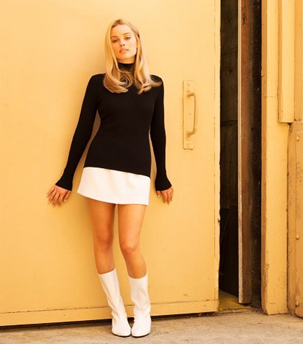 Margot Robbie diện đồ phong cách thập niên 1960, hóa thân thành Sharon Tate.