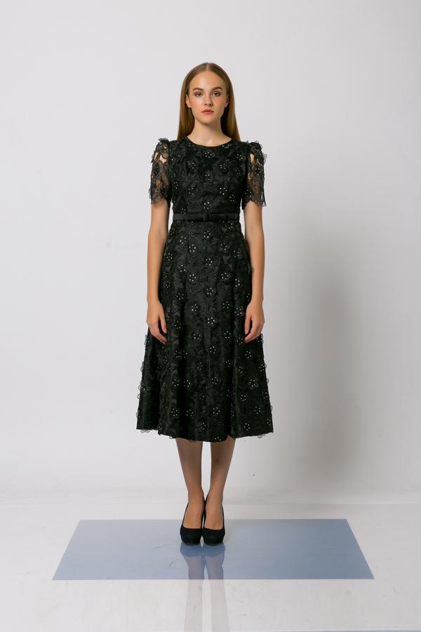 Đối với những mẫu đầm đen, nhà thiết kế giúp chúng không còn nhàm chán bởi cách bố trí những cánh hoa 3D, đường gấp vải...