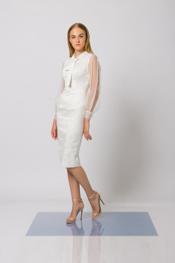 Vải trong suốt được xử lý một cách khéo léo để mang tới điểm nhấn ấn tượng cho bộ váy ôm liền thân.