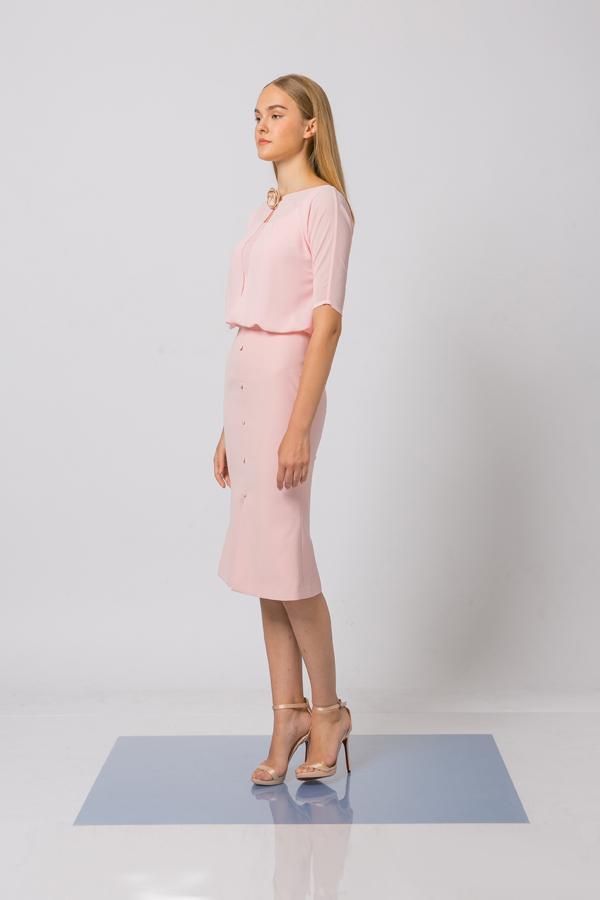 Nhà thiết kế khai thác nhiều phom dáng với mong muốn giúp các bạn gái văn phòng có được nhiều sự lựa chọn trang phục đi tiệc.