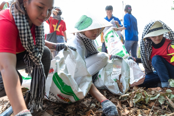 Sau hoạt động phát thuốc, H'Hen Niê tranh thủ thu gom rác quanh khu vực.