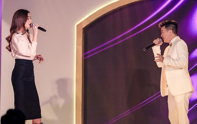 Nam ca sĩ có màn song ca cùng Hồ Ngọc Hà trên sân khấu.
