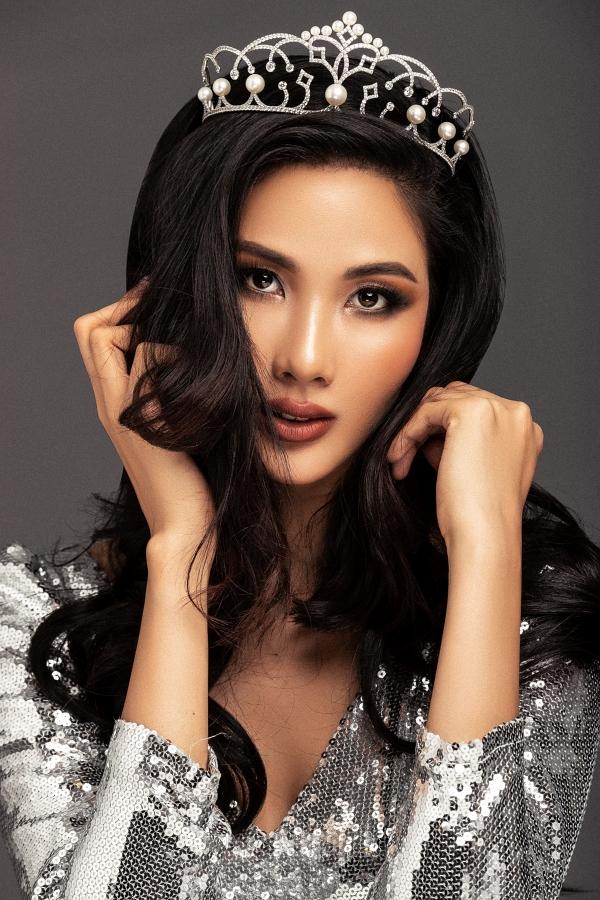 Trước thành tích top 5 của HHen Niê tại Miss Universe 2018, Hoàng Thùy không cảm thấy áp lực. HHen Niê đóng vai trò như một ngọn cờ tiên phong mở đường cho nhan sắc Việt tiến đến những nấc cao hơn tại Miss Universe. Nhờ thành tích của cô ấy, bạn bè thế giới sẽ biết đến Việt Nam nhiều hơn.