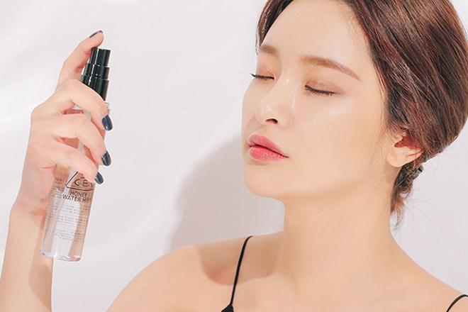 Xịt khoáng Xịt khoáng giúp cấp ẩm tức thì cho da, hữu ích trong cả mùa đông lẫn mùa hè. Ngoài ra, dùng xịt khoáng sau khi trang điểm giúp giữ lớp makeup bền màu hơn.