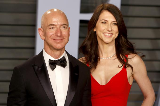 Jeff Bezos và vợ cũMacKenzie thời còn mặn nồng. Ảnh: AP.