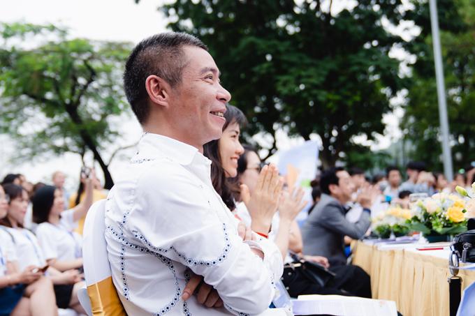NSƯT Công Lý hào hứng cổ vũ cho các model ở hàng ghế khán giả.