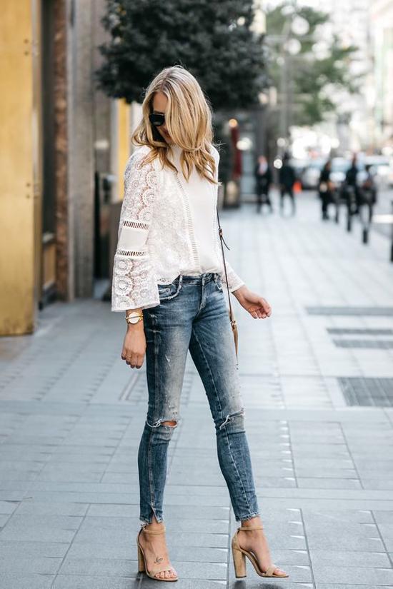 Vải ren trang trí họa tiết cắt hoa laser được nhiều nhà mốt đưa vào sản xuất các kiểu áo blouse đẹp mắt.