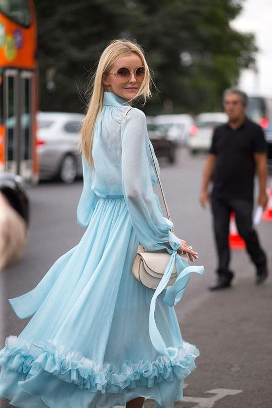 Váy lụa mềm được các bạn gái theo đuổi phong cách dịu dàng yêu thích. Bởi nó mang lại vẻ bay bổng và lãng mạn cho người mặc.