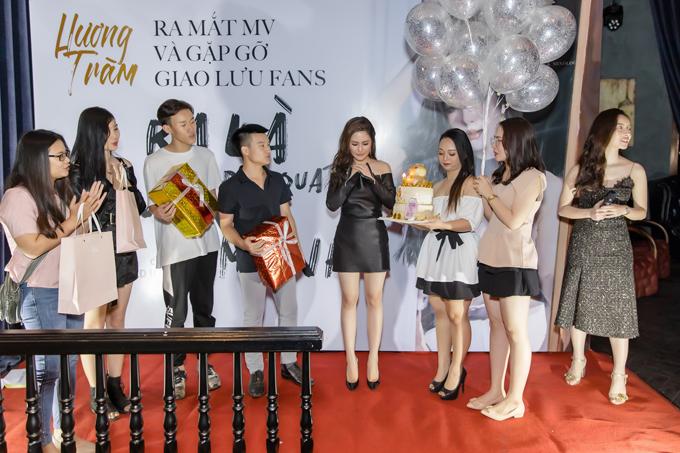 Trong buổi giao lưu chiều qua, khi được các fans ruột tặng quà chia tay, Hương Tràm nghẹn ngào khóc.