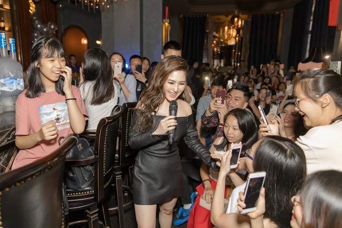 Cô xuống gần hơn với người hâm mộ để chạm tay họ lần cuối.