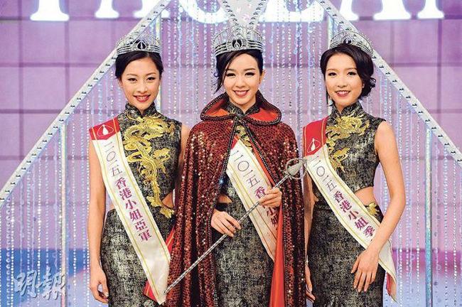 Minh Thi (giữa) khi đăng quang Hoa hậu Hong Kong.
