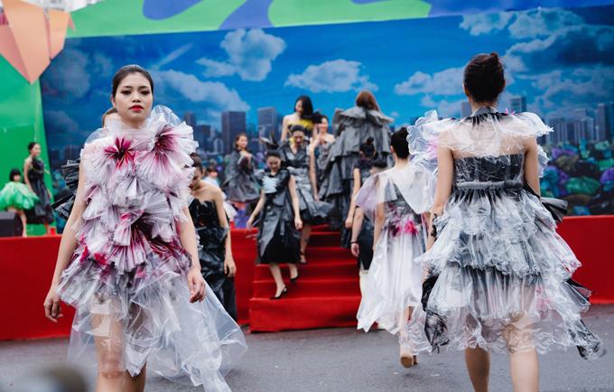 Rất nhiều model của Hà Nội cùng hưởng ứng cho màn trình diễn bộ sưu tập thời trang từ vật dụng tái chế.