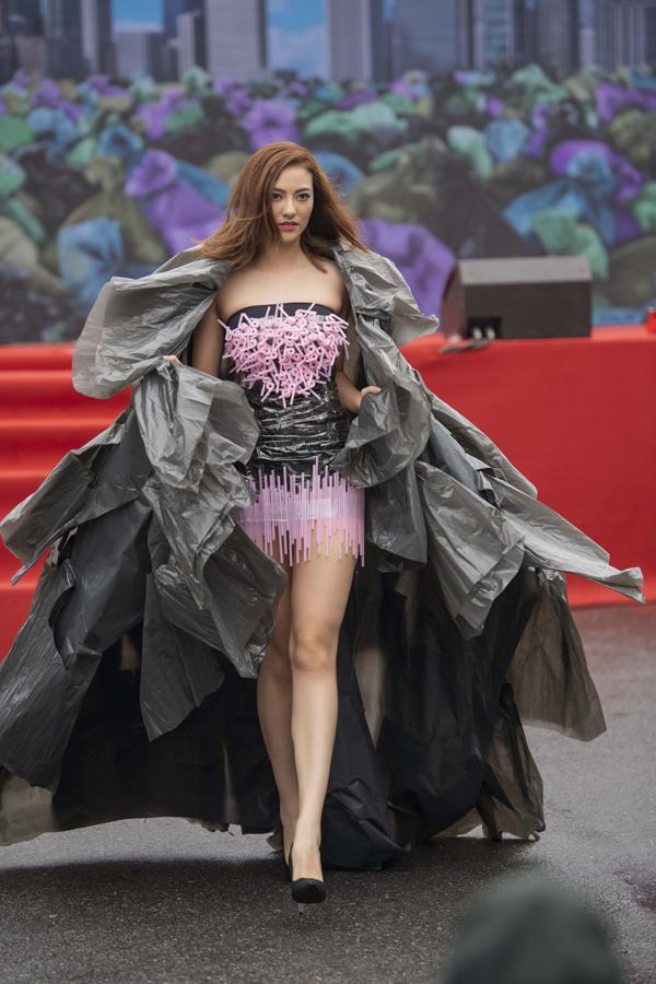 Bà mẹ đơn thân Hồng Quế cũng là gương mặt nhận được sự quan tâm của mọi người khi mặc váy được sáng tạo từ túi nilong.