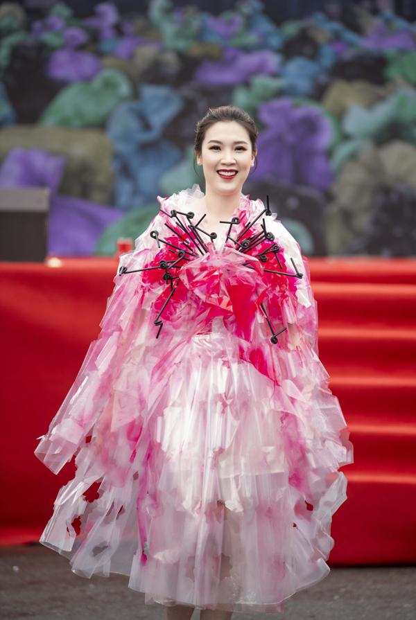 Hoa hậu Áo dài Phí Thùy Linh rạng rỡ trong vai trò làm mẫu. Cô bày tỏ sự thích thú khi các nhà thiết kế trẻ có thể làm được những trang phục từ vật dụng đời thường.
