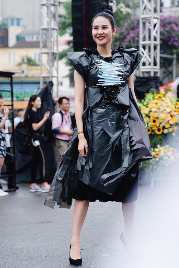 Chân dài Phan Hà Phương tươi cười dù diễn dưới thời tiết mưa phùn.