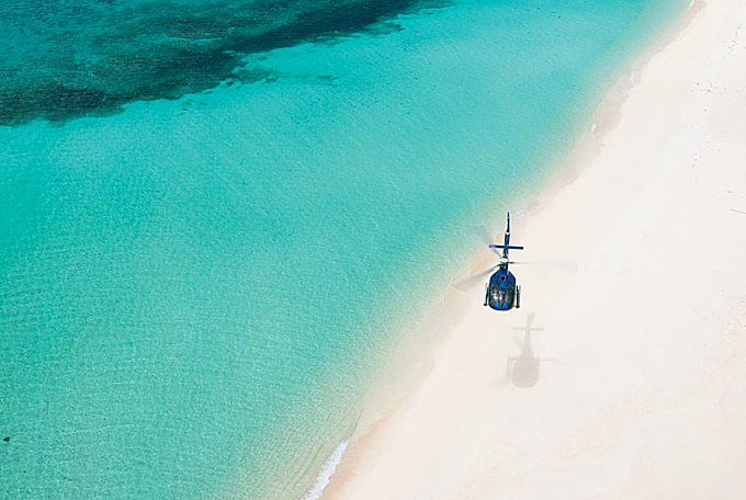 Cách nhanh nhất để tới đảo Banwa là đi thủy phi cơ hoặc máy bay từ thủ đôManila với thời gian khoảng 2 tiếng bay. Nhưng khác với những resort khác có dịch vụ vận chuyển trọn gói, khi đến với đảo Banwa, bạn sẽ phải trả riêng phần chi phí này. Ngồi trên chiếc phi cơ, ngắm nhìn toàn bộ khung cảnh biển thần tiên cũng là một trải nghiệm đáng giá.