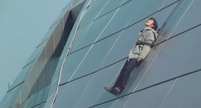 Một khoảnh khắc Tạ Đình Phong bị treo bên ngoài tòa cao ốc.