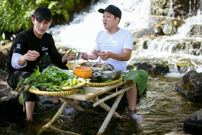 Giữa không gian thiên nhiên xanh mát, anh Mười Khó đã hướng dẫn cho đàn em cách chế biến món ăn với nguyên liệu chính là thịt dê.