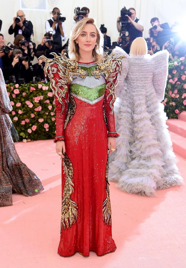 Ngôi sao Lady Bird Saoirse Ronan kiêu sa, sang trọng với tác phẩm gắn  hoạ tiết rồng 3D của Gucci.