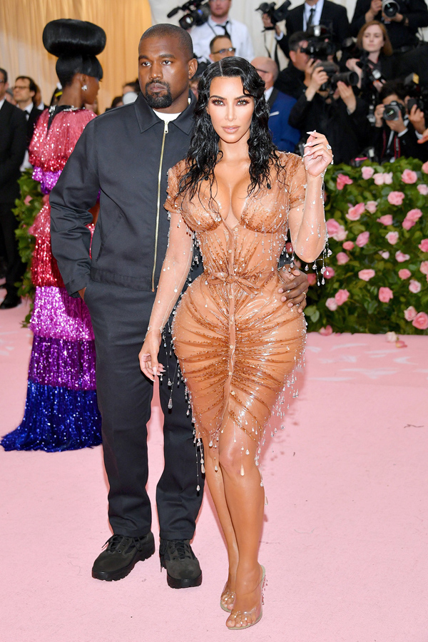 Tác phẩm Thierry Mugler bó chặt giúp Kim Kardashian tôn lên đường cong trứ danh, đồng thời khiến vòng hai của cô trông nhỏ đến khó tin.