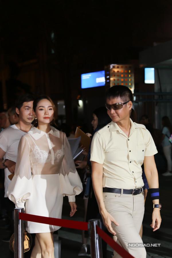 Minh Hằng hội ngộ đạo diễn Lê Hoàng (đi trước) và nhiều nghệ sĩ trong buổi ra mắt phim.