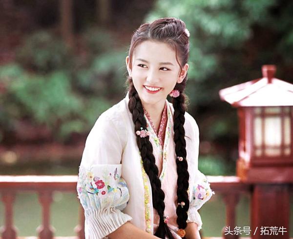 Tống Tổ Nhisinh năm 1998 tại Thiên Tân, Trung Quốc. Ngay từ khi còn nhỏ, cô đã tích cực tham gia các hoạt động văn nghệ, ngoại khóa. Lên 6 tuổi, cô được đạo diễn Đổng Chí Cường chú ý và mời tham gia bộ phimBiển rộng trời cao. Nhưng phải đến năm 2009, Tổ Nhi mới trở thành sao nhí nổi tiếng khi hóa thân thànhNa Tra trong bộ phim truyền hìnhBảo liên đăng tiền truyện.Dù diễn xuất còn gượng gạo nhưng mỹ nhân vẫn được nhiều người yêu mến nhờ ngoại hình đáng yêu, xinh đẹp. Sau thời gian dài rời xa nghệ thuật để tập trung cho việc học, cô trở lại màn ảnh với bộ phimKế hoạch đại náo Los Angelesvà được đánh giá có tiến bộ. Trong thời gian tới, cô sẽ quay trở lại màn ảnh nhỏ vớidự án truyền hình Cửu châu Phiêu miểu lục.