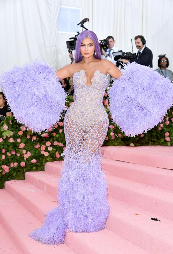 Nữ tỷ phú tự thân trẻ nhất thế giới Kylie Jenner cũng chọn váy đuôi cá để khai thác ba vòng bốc lửa.
