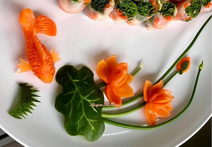 Chị Hường bảo việc trang trí các đĩa thức ăn là điều không thể thiếu với chị, giống như nấu nướng cần có gia vị; tuy nhiênkhông phải lúc nào chị cũng chọn phong cách cầu kỳ. Những lúc nhiều thời gian, chị có thể dành cả 2 tiếng để tỉa hình chú cá bằng cà rốt, nhưng có lúc chỉ cần vài chiếc lá xà lách, bông hoa cà chua, gốc cải chíp... là đã có thể khiến đĩa thức ăn trở nên sinh động.