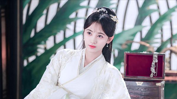 Cúc Tịnh Y sinh ra tại Tứ Xuyên Trung Quốc và từng là thành viên thuộc nhóm nhạc SNH48. Sở hữu nhan sắc