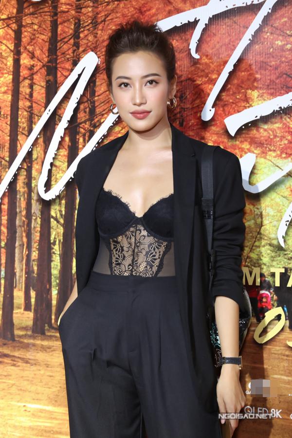 Diễn viên Phan Ngân phanh áo, khoe nội y sexy.