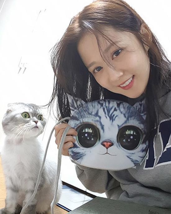 Jang Nara khoe túi cũng hình mèo. Nhiều khán giả khen ngợi ngôi sao Hàn mặt mộc xinh xắn, tuổi ngấp nghé 40 mà vẫn trẻ đẹp kinh ngạc.