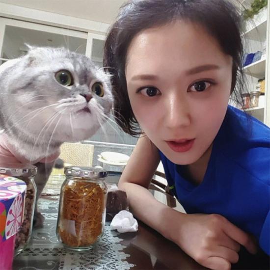 Jang Nara ở nhà chơi với mèo cũng hot - 4