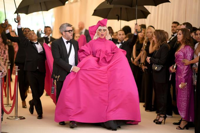 Giữa rừng sao tham dự Met Gala tại Bảo tàng Mỹ thuật Metropolitan ở New York, Lady Gaga chơi trội với trang phục lộng lẫy và một dàn trợ lý cầm ô hộ tống tiến vào thảm đỏ.