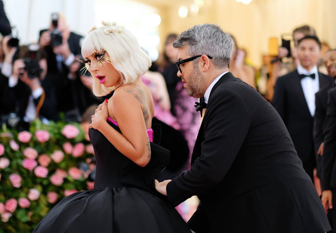 Trợ lý tiếp tục lột váy giúp Gaga ngay trên thảm đỏ.