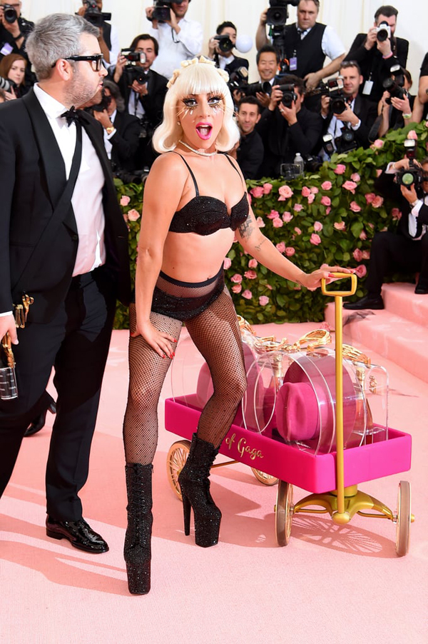 Chưa hết, Gaga còn cởi sạch váy, để lộ nội y đen và tất lưới gợi cảm.