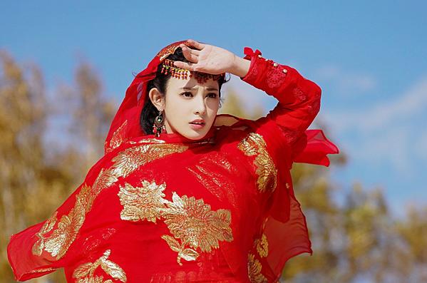 Bành Tiểu Nhiễmsinh năm 1990 và tốt nghiệp tại trường Đại học Truyền thông Trung Quốc. Cô bắt đầu sự nghiệp với vai trò MC tại một chương trình online nhỏ của trang mạng trực tuyến nổi tiếng Iqiyi. Năm 2014, cô nhận được một vai nhỏ trong bộ phimDẫn độ linh hồnvà chính thức chuyển sang theo đuổi diễn xuất. Cô được mỹ nhân họ Phạm để ý và mời ký hợp đồng vào năm 2017. Sau đó, người đẹp sinh năm 1990 ngay lập tức được đàn chị ưu ái cho góp mặt trong dự án khủng Ba Thanh truyện. Tuy nhiên vì những bê bối liên quan đến cặp diễn viên chính nên bộ phim trên có nguy cơ nằm kho vĩnh viễn. Vai diễn Tiểu Phong trongĐông Cunggiúp mỹ nhân họ Bành được nhiều người biết đến hơn, tuy nhiên diễn xuất cứng đơ của cô vẫn là chủ đề bị nhiều người đem ra bàn tán. Hiện tại, nữ diễn viên chưa tiết lộ kế hoạch trong thời gian tới.