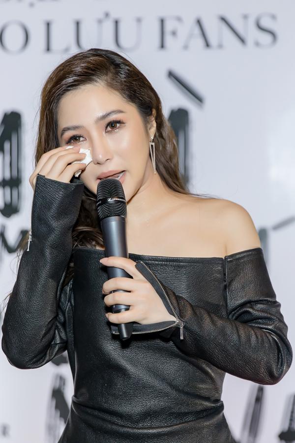Cô nghẹn ngào khóc trong buổi gặp gỡ fan tại Hà Nội hôm 5/5.