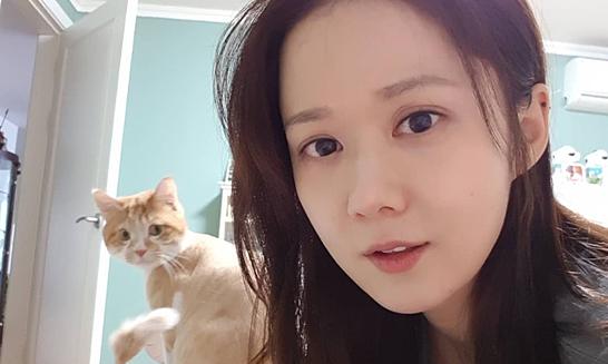 Jang Nara ở nhà chơi với mèo cũng hot