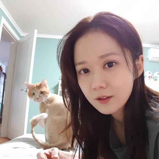 Jang Nara gần đây thăm hỏi fan trên mạng xã hội Instagram sau thời gian im ắng, cô khoe vài tấm ảnh chụp tại nhà riêng, bên chú mèo cưng. Trong loạt hình được hé lộ, ngôi sao Hàn để mặt mộc và làm cử chỉ đáng yêu trước ánh mắt tò mò của boss mèo.
