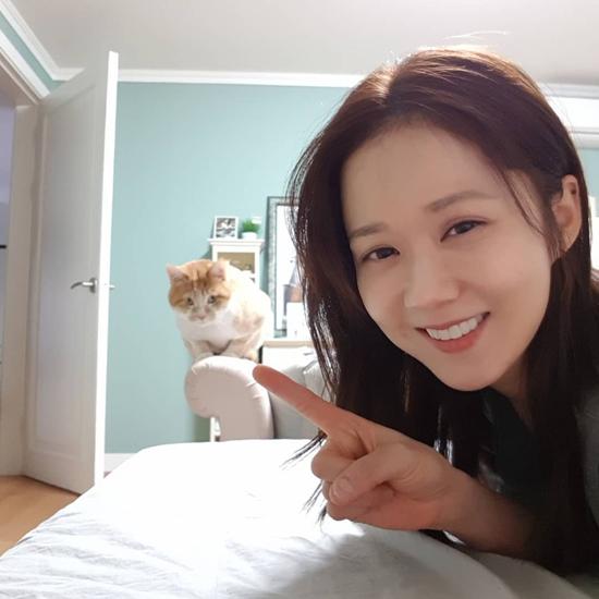 Jang Nara ở nhà chơi với mèo cũng hot - 1