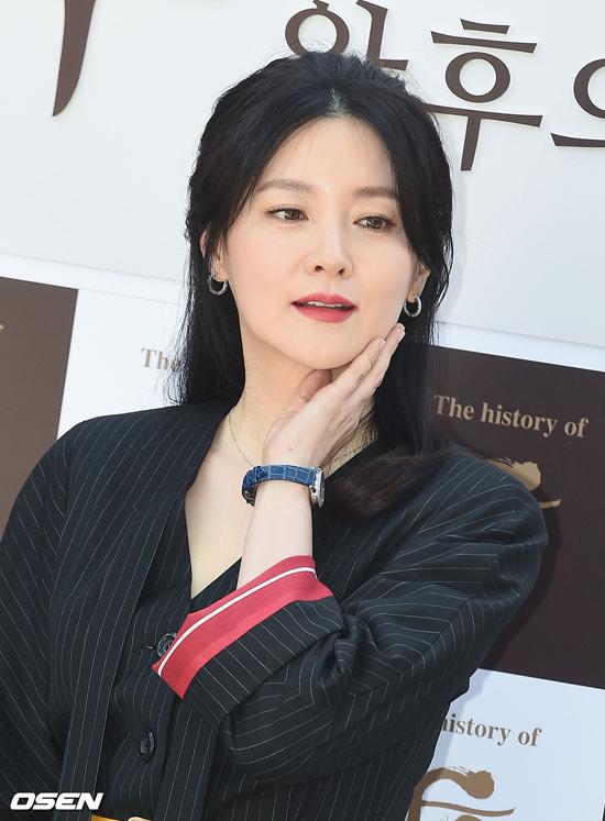 Diễn viên Lee Young Ae dự sự kiện do thương hiệu mỹ phẩm mà cô là gương mặt đại diện tổ chức tại Seongbuk-dong, Seoul hôm 7/5. Nữ diễn viên đẹp nổi bật với làn da trắng sứ không tì vết, phong cách thời trang sang trọng.
