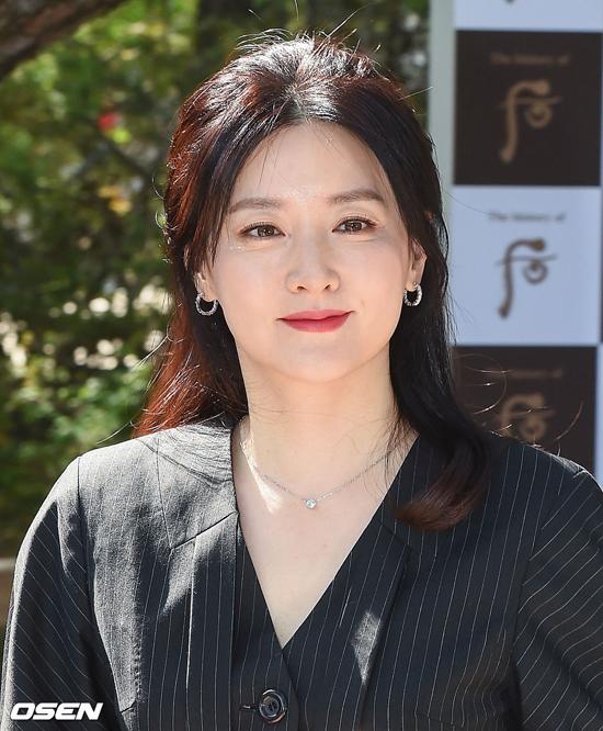 Làn da trắng mượt mà của Lee Young Ae giúp cô nổi bật tại sự kiện.