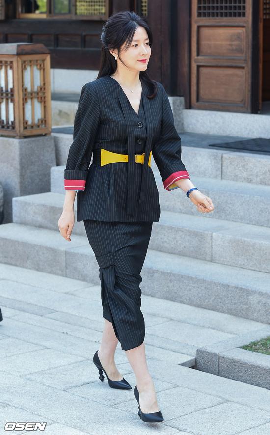 Lee Young Ae được khán giả đặc biệt yêu thích qua bộ phim Nàng Dae Jang Geum năm 2003. Trước đó, cô còn gây thương nhớ cho khán giả với loạt phim truyền hình Anh em nhà bác sĩ, Pháo hoa, Những tay đua kiệt xuất... Năm 2009, cô kết hôn với một thương gia Mỹ gốc Hàn và sinh con hai năm sau đó.