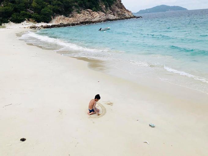 Chuyến đi này còn có sự góp mặt của một số người bạn của rocker, trong đó có gia đình ca sĩ Hoàng Bách. Bà xã Anh Khoa chia sẻ: Riêng bọn trẻ con ra nơi này thật sự enjoy hơn người lớn, bởi tắm biển cả ngày không chán, có chán thì chơi cát, chán cát thì đi bắt ốc. Chú Quốc (người phụ trách đảo) chỉ cách bắt nhum, cách làm nhum gãy hết gai tách ra vắt chanh ăn ngay tại chỗ, câu cá, đá banh, thả diều, đi lượm củi khô về tối đốt lửa trại, leo lên xuồng phao tập chèo cho cái xuống đi thẳng không xoay vòng vòng thôi đủ hết giờ. Đứa nào cũng chơi cả ngày mệt rồi tự lăn ra ngủ chẳng cần người lớn nhắc nhở.